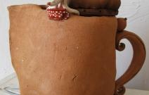 Мышка в чайнике. Шамот, фаянс, глина, смальта.